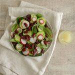 Салат с красной фасолью, редисом и огурцом