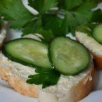 Бутерброды с творожным сыром, огурцом и базиликом
