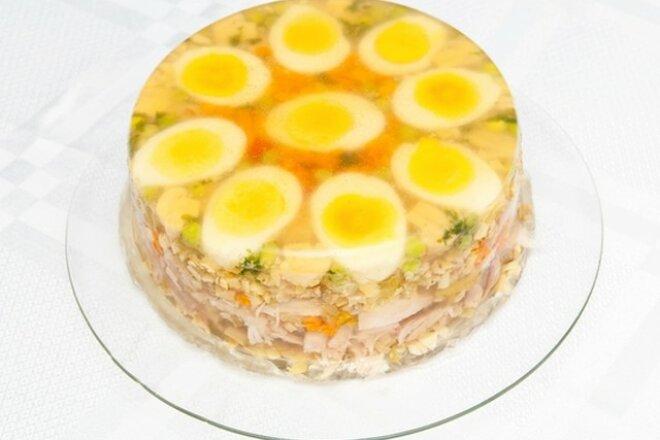 Куриный холодец с яйцами и морковью