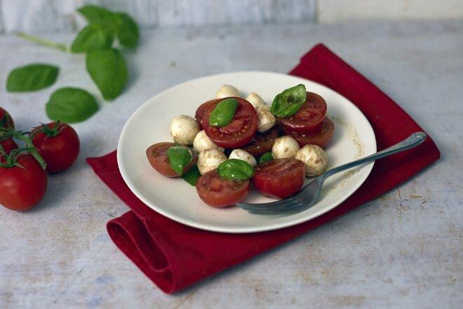 Простой салат из помидоров черри с моцареллой, рецепт с фото