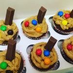 Шоколадные маффины с шоколадом и орешками