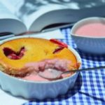 Творожная запеканка с клубникой в формочках, рецепт с фото пошагово