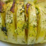 Картошка-гармошка с беконом и чесночным соусом, рецепт с фото
