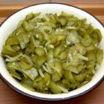 Салат с маринованными огурцами, луком и маслом