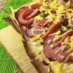 Пицца на лаваше с сыром, колбасой, помидорами и болгарским перцем, рецепт с фото и видео
