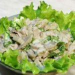 Салат из курицы, грибов и огурцов с чесночным соусом, рецепт с фото