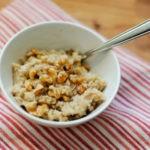 Овсянка на воде с орехами, медом и корицей, рецепт с фото
