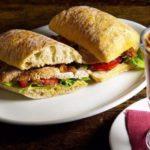 Теплый сэндвич с куриной грудкой и беконом, рецепт с фото пошагово